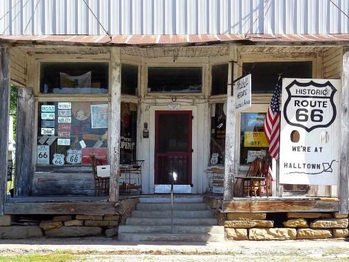 """La boutique de """"Dr White"""", plus de 80 printemps, à Halltown, est un joyeux bric à brac."""