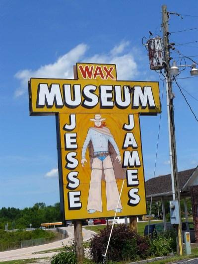 De nombreux panneaux annoncent le musée Jesse James.