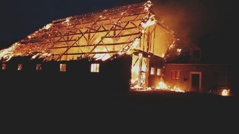 'Brand in een rietgedekte boerderij aan de Medemblikkerweg' - Foto: Brandweer Wieringerwerf