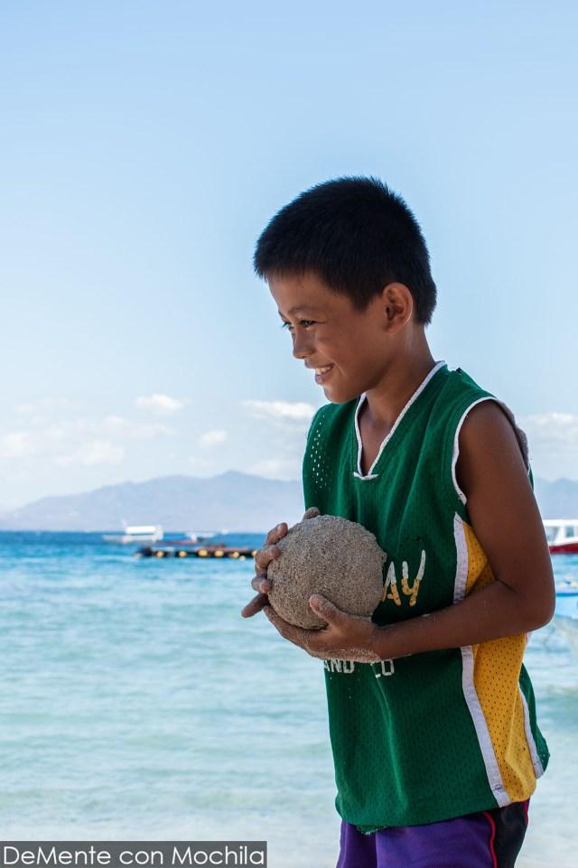 Niño protegiendo su bola de arena