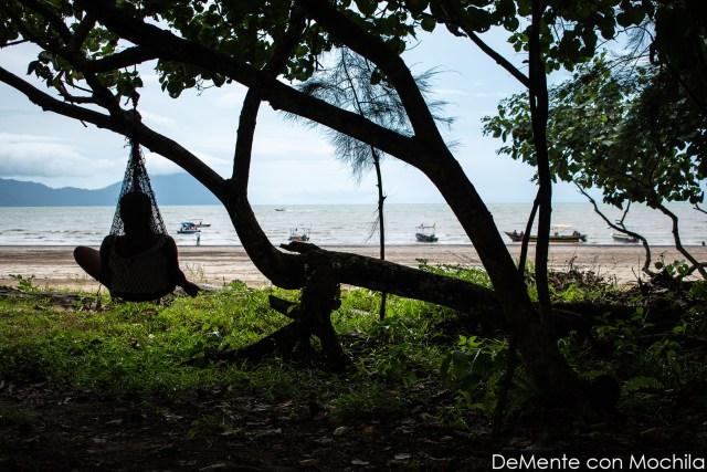 vista a la playa principal donde esperan los botes