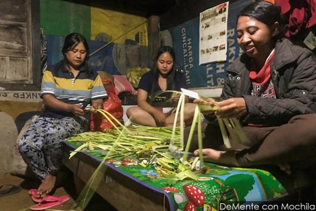 mujeres trabajando en ofrendas