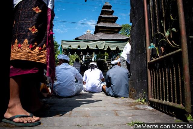 Ceremonia en un templo hinduista balinés