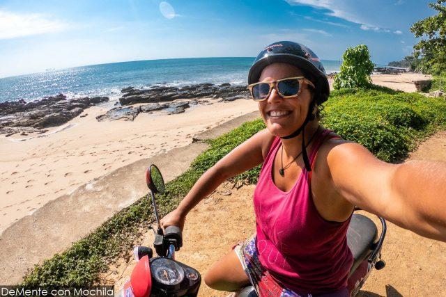 feliz de la vida con la moto en koh lanta