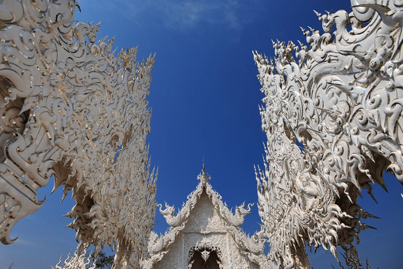 white temple wat rong khun buddhist thailand architecture 14 - Templo branco na Tailândia parece um conto de fadas