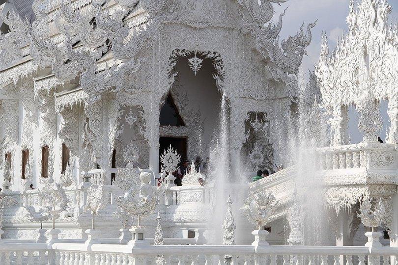 white temple wat rong khun buddhist thailand architecture 8 - Templo branco na Tailândia parece um conto de fadas