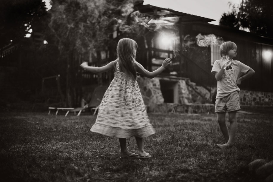 idyllic-summers-village-children-play-summertime-izabela-urbaniak-11