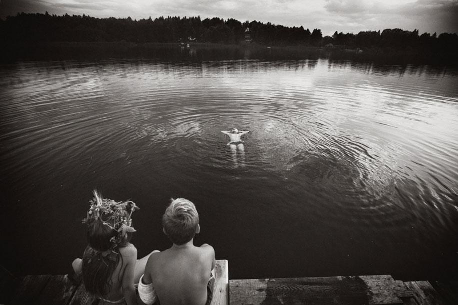 idyllic-summers-village-children-play-summertime-izabela-urbaniak-15