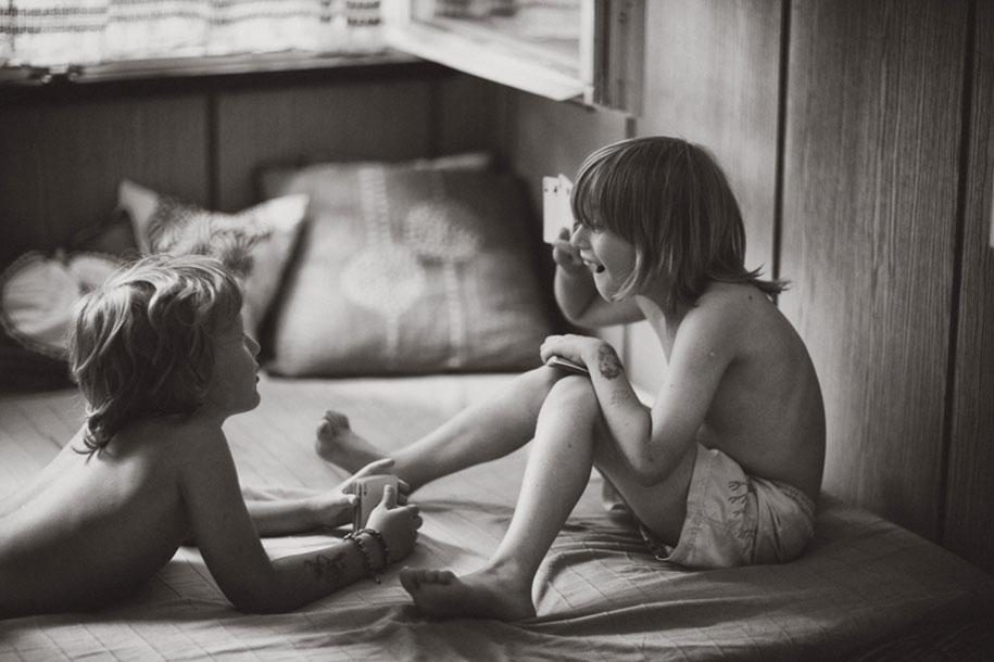 idyllic-summers-village-children-play-summertime-izabela-urbaniak-2