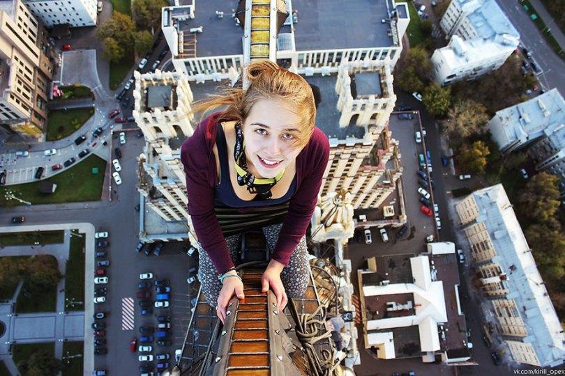 """risky dangerous selfies russia angela nikolau 61 - """"Eu rio na cara do perigo"""" Menina russa faz as selfies mais imprudentes"""