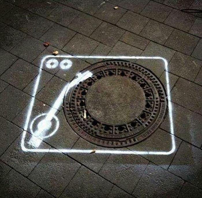 5978805bd2778 creative street art positive vandalism 2 596f64ed92ed7  700 - Coisas hilárias captadas em fotos