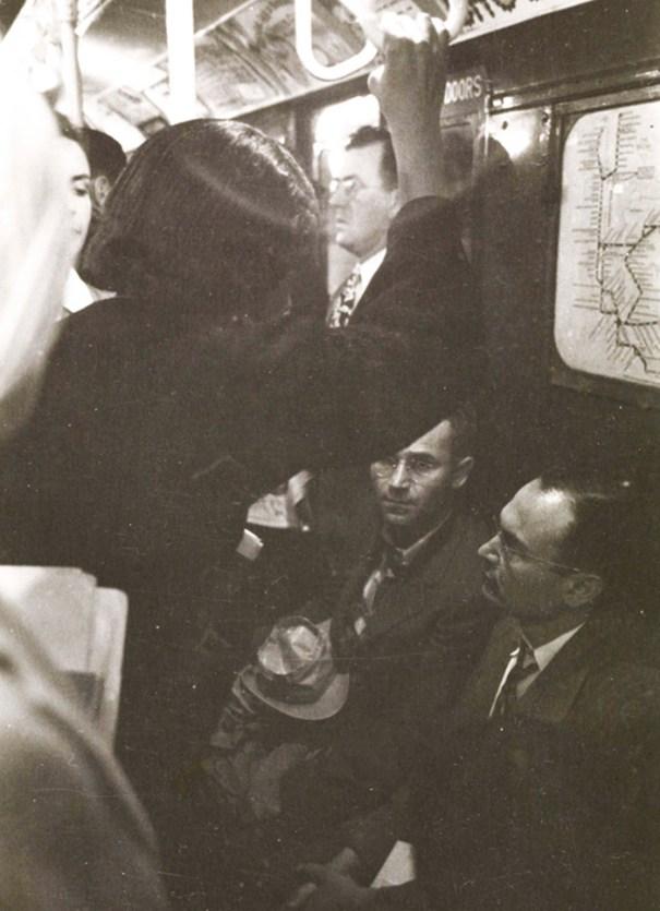 59ad111c806b9 vintage photographs new york street life stanley kubrick 52 59a95727371fb  700 - Fotos de Stanley Kubrick com 17 anos revela que ele sempre foi um gênio