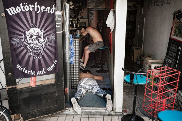 59c2388e73182-drunk-japanese-photography-lee-chapman-20-59c0c52deed9b__880 10+ Uncensored Photos Of Drunks In Japan Show The Nasty Side Of Alcohol Photography Random