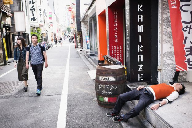 59c2388f5c1d4-drunk-japanese-photography-lee-chapman-6-59c0c54a71fea__880 10+ Uncensored Photos Of Drunks In Japan Show The Nasty Side Of Alcohol Photography Random