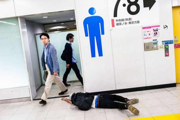 59c2388fae867-drunk-japanese-photography-lee-chapman-5-59c0c547c103c__880 10+ Uncensored Photos Of Drunks In Japan Show The Nasty Side Of Alcohol Photography Random