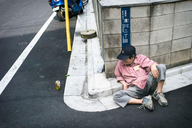 59c238915b6ab-drunk-japanese-photography-lee-chapman-24-59c0e591b3088__880 10+ Uncensored Photos Of Drunks In Japan Show The Nasty Side Of Alcohol Photography Random
