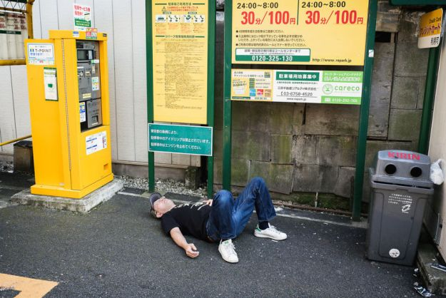 59c23891adac5-drunk-japanese-photography-lee-chapman-18-59c0c5298a1fd__880 10+ Uncensored Photos Of Drunks In Japan Show The Nasty Side Of Alcohol Photography Random