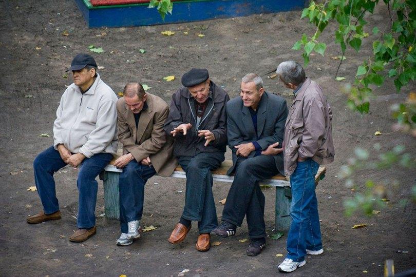5a6edf4a2f1a9 life on park bench photo series kiev ukraine yevhen kotenko 3 5a6add1bdee62  880 - Na mesma praça, no mesmo banco! Veja que inusitado...