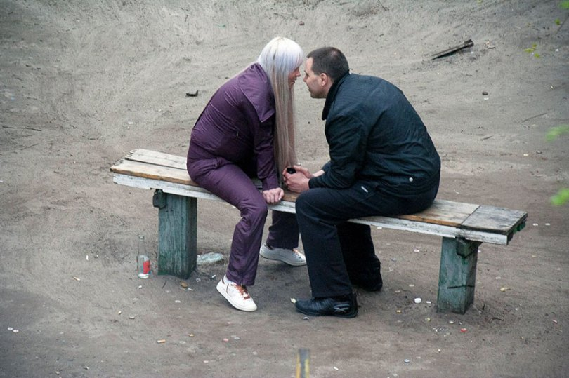 5a6edf4a972d6 life on park bench photo series kiev ukraine yevhen kotenko 11 5a6add2de3502  880 - Na mesma praça, no mesmo banco! Veja que inusitado...