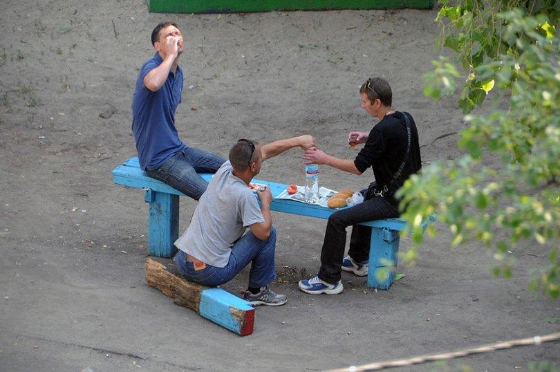 5a6edf4c12345 life on park bench photo series kiev ukraine yevhen kotenko 16 5a6add5942f38  880 - Na mesma praça, no mesmo banco! Veja que inusitado...