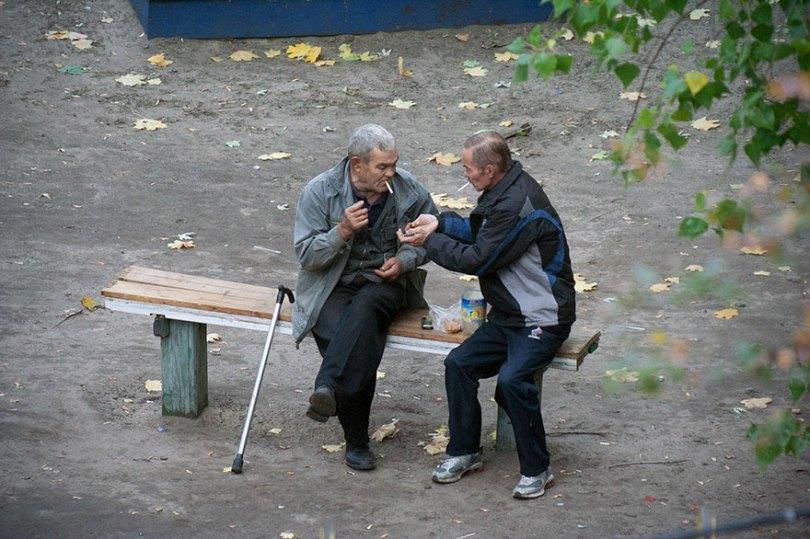5a6edf4e327b4 life on park bench photo series kiev ukraine yevhen kotenko 12 5a6add8946530  880 - Na mesma praça, no mesmo banco! Veja que inusitado...