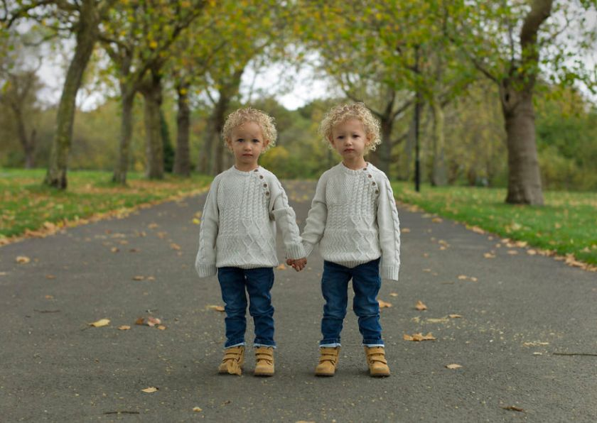 5abdf3cc5c2c3-london-identical-twin-portraits-alike-but-not-like-peter-zelewski-23-5abb65e7764c8__880 Photographer Captures Identical Twins Next To Each Other To Show How Different They Actually Are Photography Random