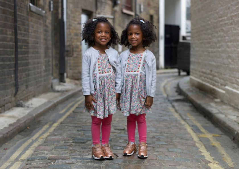5abdf3cc91ec4-london-identical-twin-portraits-alike-but-not-like-peter-zelewski-01-5abb65b8575d4__880 Photographer Captures Identical Twins Next To Each Other To Show How Different They Actually Are Photography Random