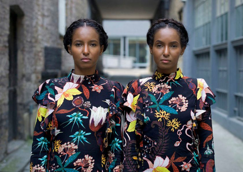 5abdf3cde3eeb-london-identical-twin-portraits-alike-but-not-like-peter-zelewski-10-5abb65cf2847b__880 Photographer Captures Identical Twins Next To Each Other To Show How Different They Actually Are Photography Random