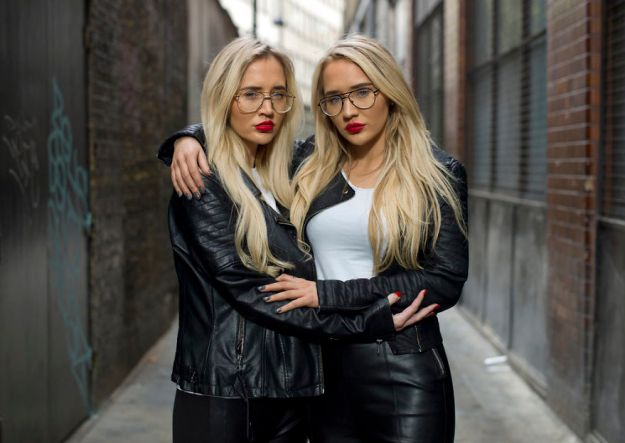 5abdf3d059ddc-london-identical-twin-portraits-alike-but-not-like-peter-zelewski-4-5abb65c200dd4__880 Photographer Captures Identical Twins Next To Each Other To Show How Different They Actually Are Photography Random