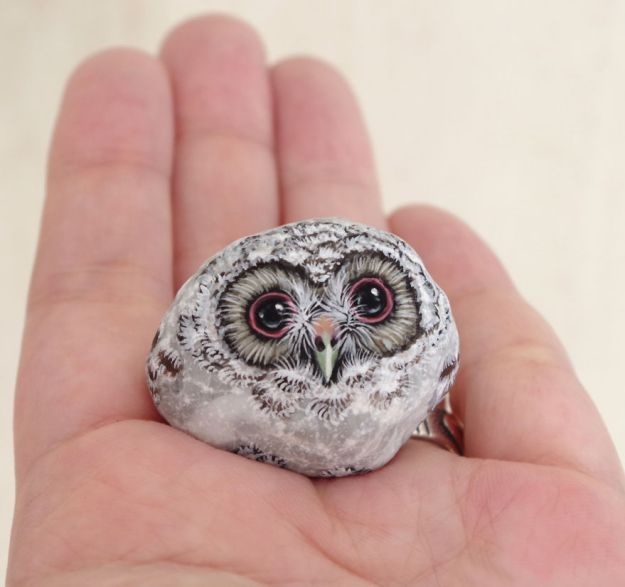 5ac1ef6050092-I-Want-To-Paint-The-Life-The-Living-Spirit-Of-The-Being-I-Feel-Inside-The-StoneVol2-5a929c3ad1644__880 Artist Brings Stones To Life By Realistically Painting Animals On Them Art Random