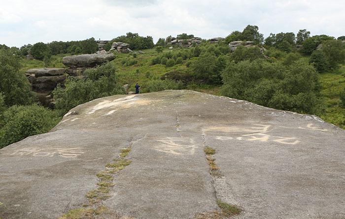 5b236f6b09925 brimham rock york moors vandalism north yorkshire 5b2227d2291b2  700 - Adolescentes destroem 320 milhões de anos de história em poucos segundos