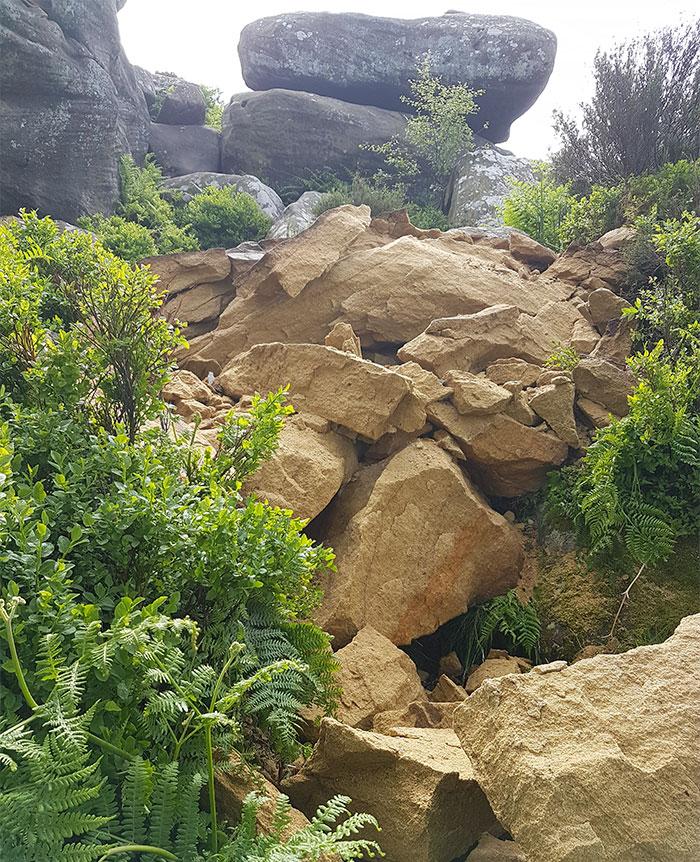 5b236f6be94b5 brimham rock york moors vandalism north yorkshire 5b2213d1c7bd5  700 - Adolescentes destroem 320 milhões de anos de história em poucos segundos