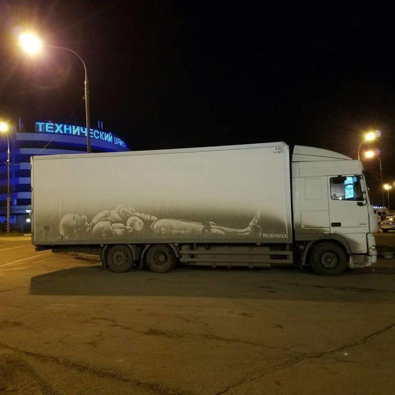 5b39dc0e8517e Russian artist continues to turn cars and dirty roads into art 5b3583bb87d9b  700 - Não tem água para lavar seu carro? Ele tem a solução