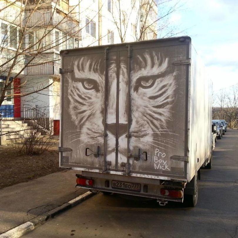 5b39dc0ee7876 Russian artist continues to turn cars and dirty roads into art 5b358346bb359  700 - Não tem água para lavar seu carro? Ele tem a solução
