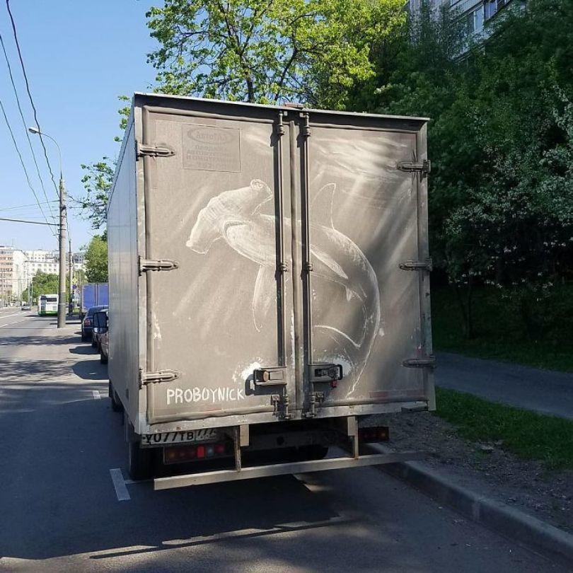 5b39dc0f20890 Russian artist continues to turn cars and dirty roads into art 5b3583c252475  700 - Não tem água para lavar seu carro? Ele tem a solução