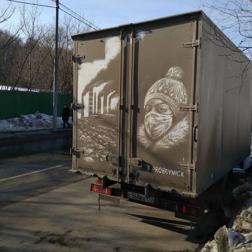 5b39dc0f78253 Russian artist continues to turn cars and dirty roads into art 5b3583b1ac634  700 - Não tem água para lavar seu carro? Ele tem a solução