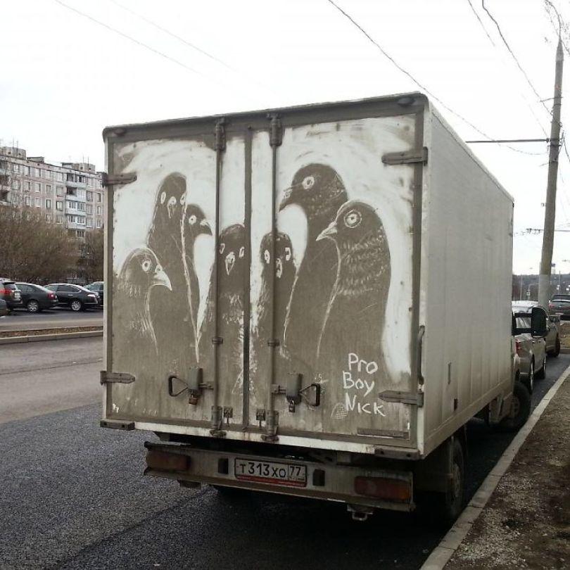 5b39dc0fc1864 Russian artist continues to turn cars and dirty roads into art 5b358372a14a8  700 - Não tem água para lavar seu carro? Ele tem a solução