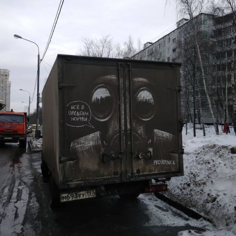 5b39dc106ca2c Russian artist continues to turn cars and dirty roads into art 5b3583ae933bd  700 - Não tem água para lavar seu carro? Ele tem a solução