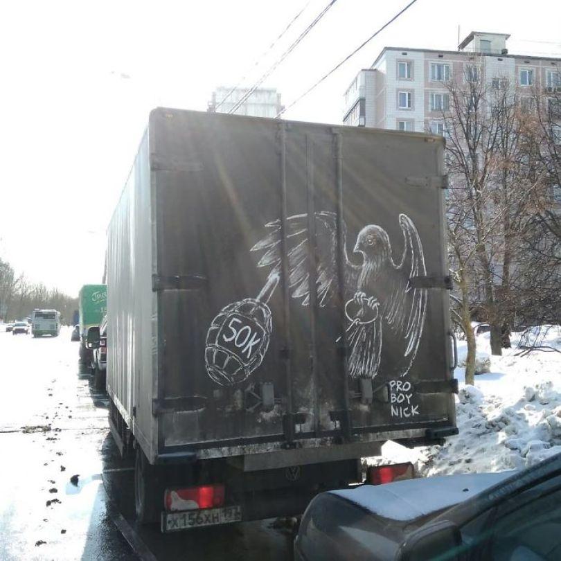 5b39dc10da442 Russian artist continues to turn cars and dirty roads into art 5b3583b5ac255  700 - Não tem água para lavar seu carro? Ele tem a solução