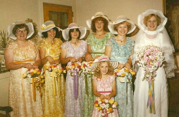 5b67f921ade71-old-fashioned-funny-bridesmaids-dresses-47-5ae32dca5f9d8__700 15+ Hilarious Vintage Bridesmaid Dresses That Didn't Stand The Test Of Time Random