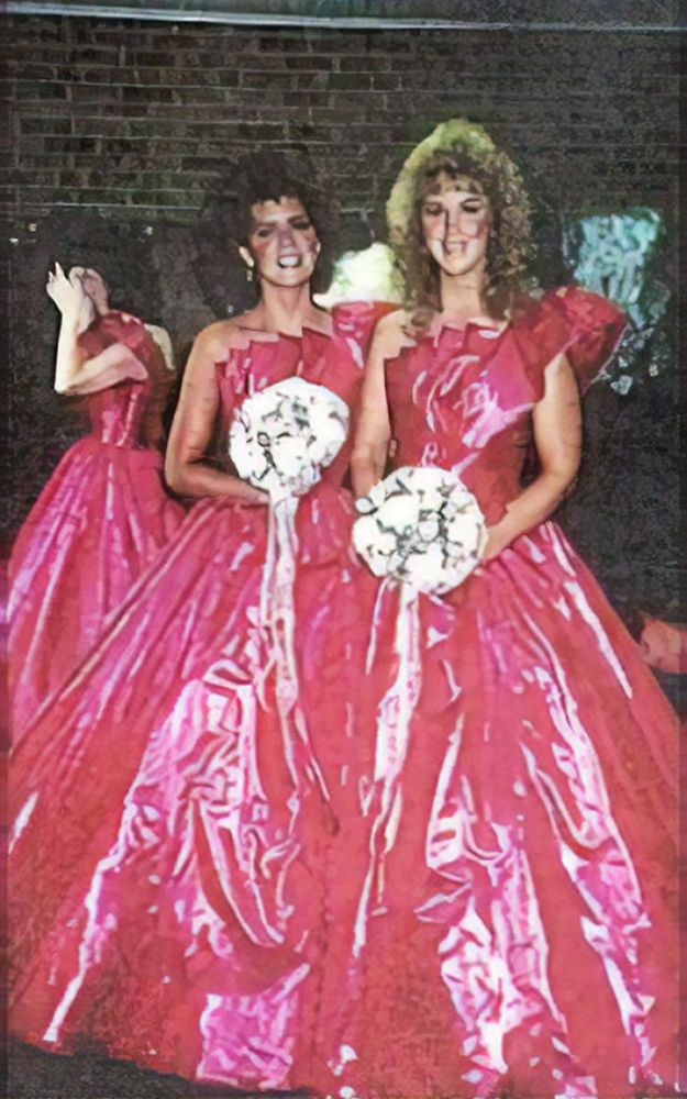 5b67f92210a85-old-fashioned-funny-bridesmaids-dresses-46-5ae32d2dba130__700 15+ Hilarious Vintage Bridesmaid Dresses That Didn't Stand The Test Of Time Random