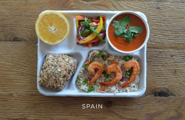 5bb4b3e9bc876-spain-5bb3126b3cb1a__700 9 Photos Showing How School Lunches Look Around The World, And America's Looks Least Appealing Random