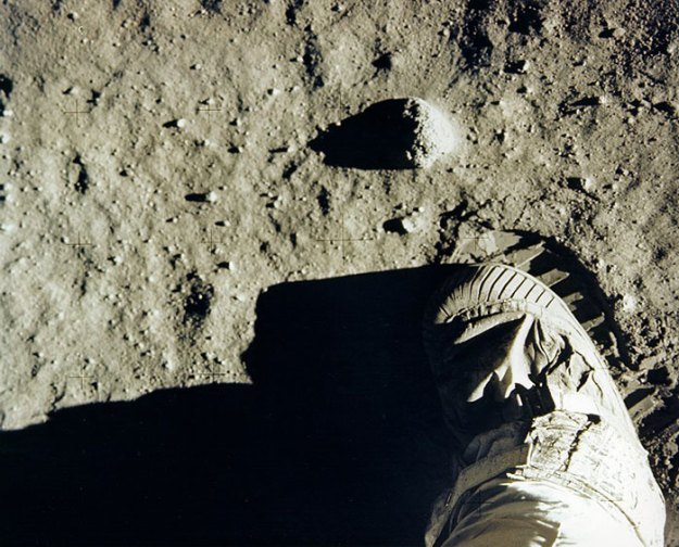 5bb7156140895-moon-landing-1001 Someone Points Out That Neil Armstrong's Boot Doesn't Match The Print On The Moon, So The Internet Destroys Them With Facts Random