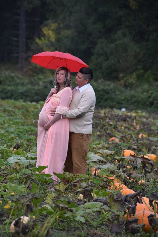 5bbefc5e3d103-funny-maternity-photoshoot-alien-pumpkin-field-todd-cameron-li-carter-2-5bbdc4a83e3a0__700 This Couple's Maternity Photo Shoot Is The Most Terrifying You've Seen Yet (WARNING: Some Images Might Be Too Horrifying) Photography Random