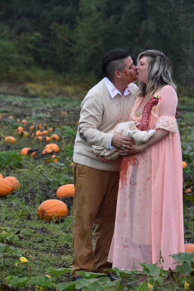 5bbefc631e8dc-funny-maternity-photoshoot-alien-pumpkin-field-todd-cameron-li-carter-19-5bbdc4c9779db__700 This Couple's Maternity Photo Shoot Is The Most Terrifying You've Seen Yet (WARNING: Some Images Might Be Too Horrifying) Photography Random