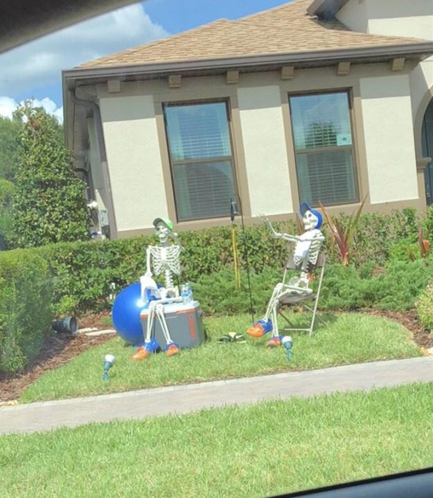 5bd8550cc7159-neighbors-house-halloween-decorations-skeletons-sami-campagnano-9-5bd2cf84ce628__700 This Girl's Neighbors Won Halloween By Creating New Skeleton Scenarios Every Day Random