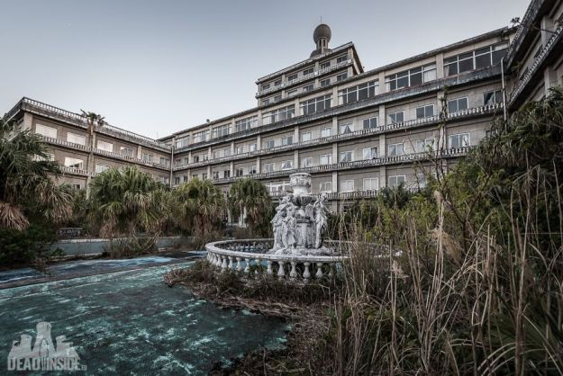 5bea8c317995e-The-biggest-abandoned-hotel-in-Japan-5be555c19c7b9__880 This Photographer Took Incredible Photos Inside The Biggest Abandoned Hotel In Japan Photography Random Travel