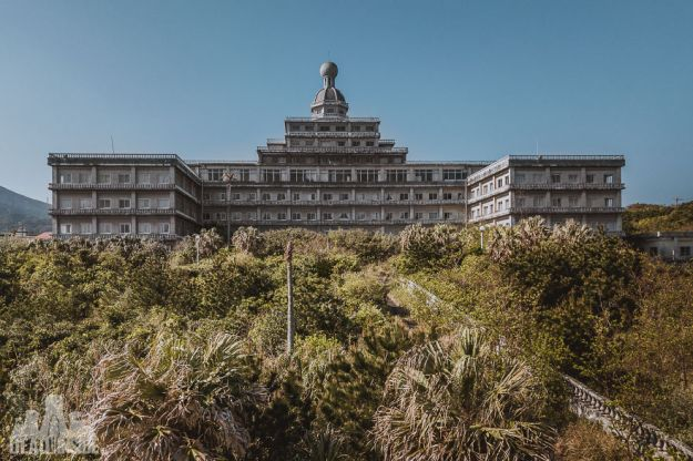 5bea8c3b0adc0-DJI_0031-5be48d341be4f__880 This Photographer Took Incredible Photos Inside The Biggest Abandoned Hotel In Japan Photography Random Travel