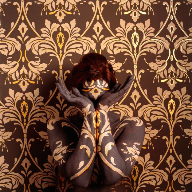 camouflage-art-cecilia-paredes-11 This Artist Uses Her Camouflage Skills To Blend Into Floral Backgrounds Art Random