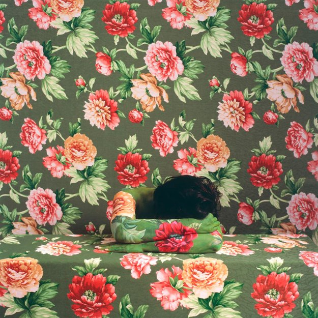 camouflage-art-cecilia-paredes-14 This Artist Uses Her Camouflage Skills To Blend Into Floral Backgrounds Art Random